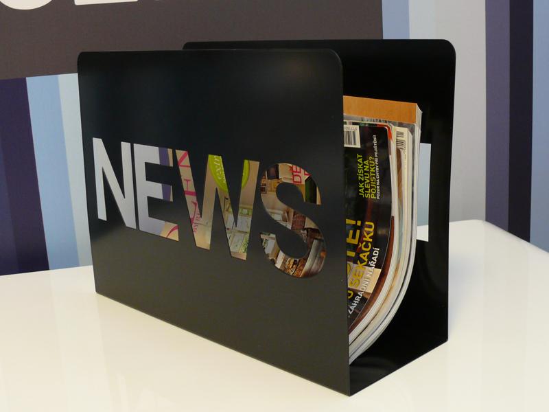 Stojan na noviny / časopisy News, čierna