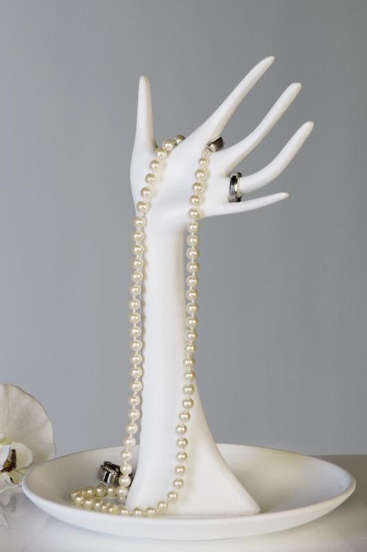 Stojan na šperky Ruka s miskou bílá