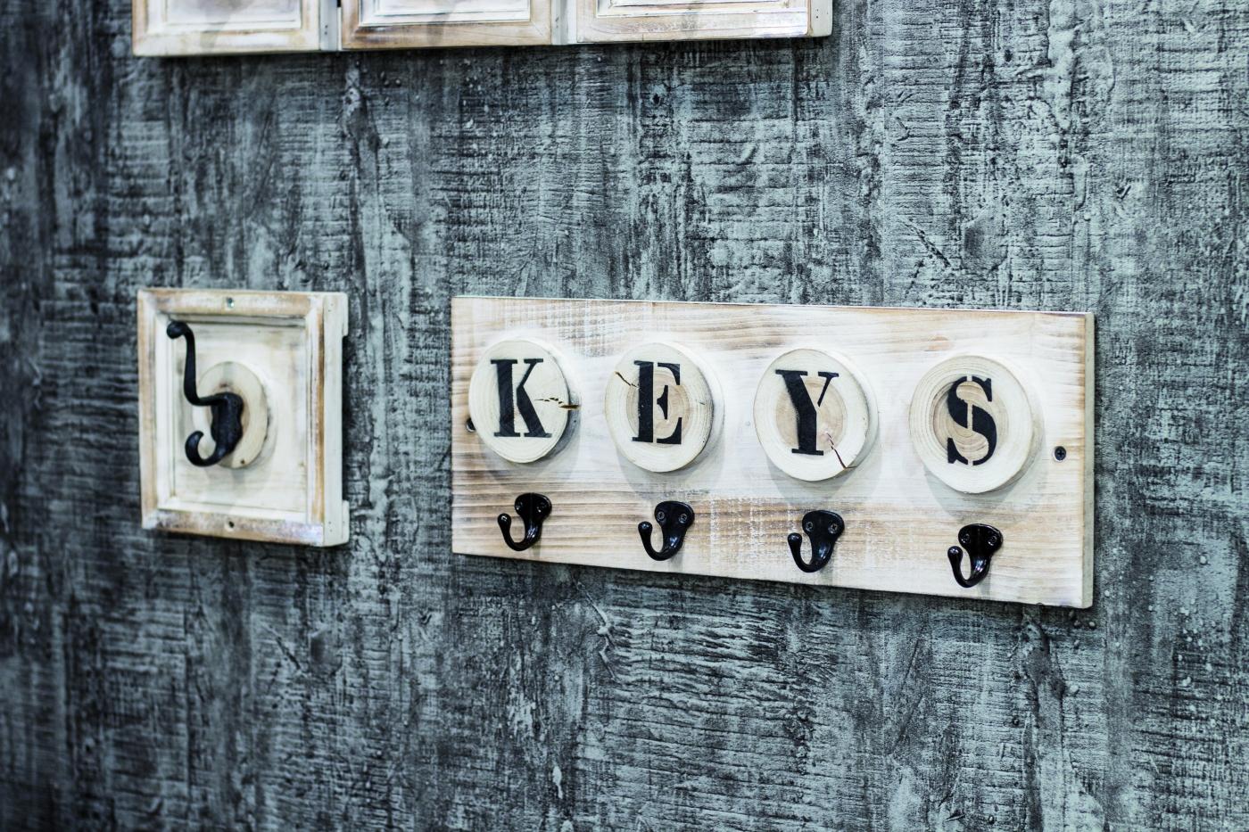 Věšák na klíče Gabe, 18 cm, krémová / bílá